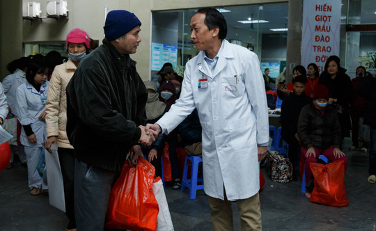 (Xuanonline 29Tet 14.2) Tết Nguyên đán: Bệnh nhân nhận lì xì, ăn miễn phí - Ảnh 17.