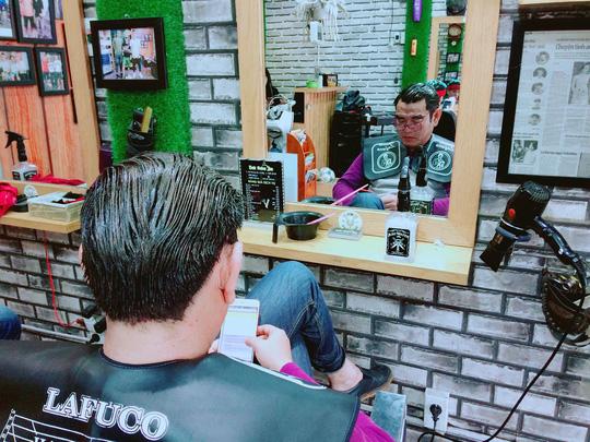Clip: Bật cười khi HLV Phan Thanh Hùng lúng túng bế cháu cắt tóc - Ảnh 3.
