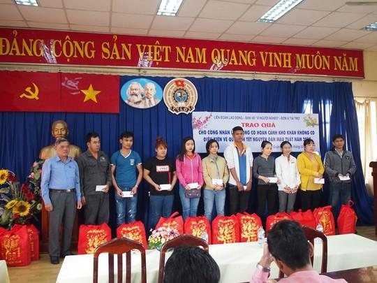 Công nhân ăn Tết Sài Gòn - Ảnh 1.