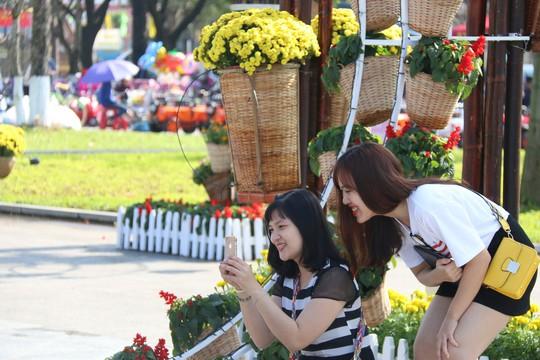 Khoác áo hoa ngày Tết, quảng trường Tam Kỳ đẹp lộng lẫy - ảnh 20