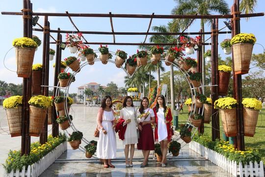 Khoác áo hoa ngày Tết, quảng trường Tam Kỳ đẹp lộng lẫy - ảnh 22