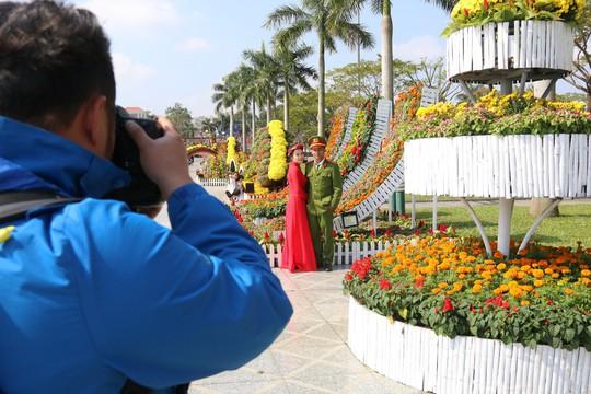Khoác áo hoa ngày Tết, quảng trường Tam Kỳ đẹp lộng lẫy - ảnh 15