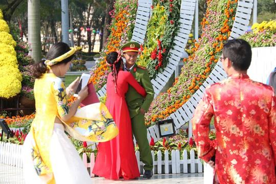 Khoác áo hoa ngày Tết, quảng trường Tam Kỳ đẹp lộng lẫy - ảnh 14