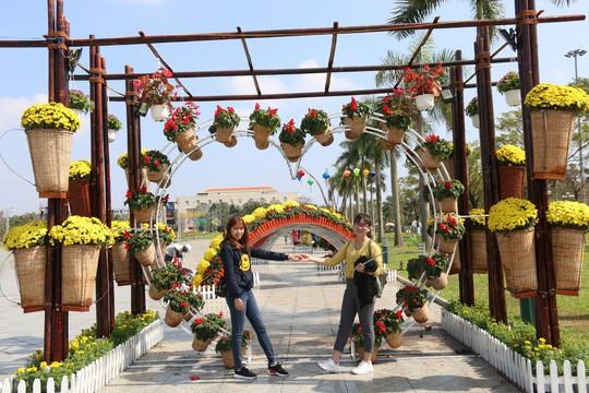 Khoác áo hoa ngày Tết, quảng trường Tam Kỳ đẹp lộng lẫy - ảnh 11