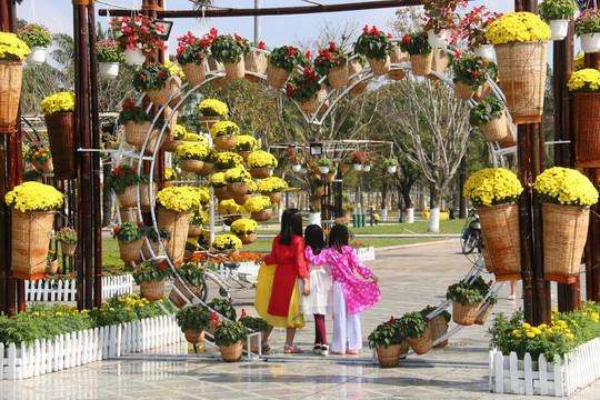 Khoác áo hoa ngày Tết, quảng trường Tam Kỳ đẹp lộng lẫy - ảnh 18