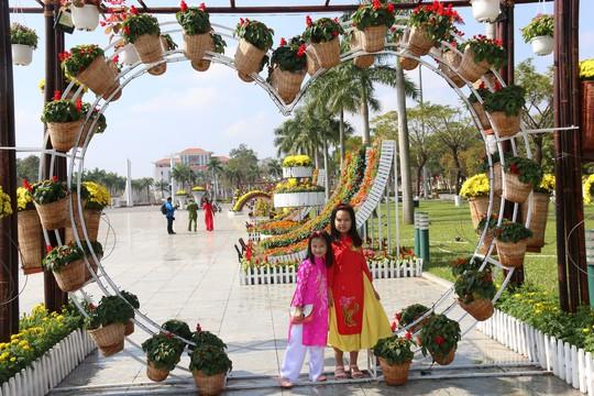 Khoác áo hoa ngày Tết, quảng trường Tam Kỳ đẹp lộng lẫy - ảnh 19