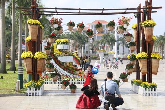 Khoác áo hoa ngày Tết, quảng trường Tam Kỳ đẹp lộng lẫy - ảnh 16