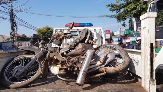 Xe khách tông xe máy, 2 cha con tử nạn - Ảnh 2.
