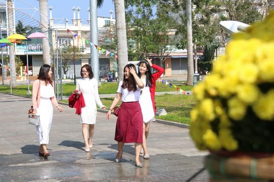 Khoác áo hoa ngày Tết, quảng trường Tam Kỳ đẹp lộng lẫy - ảnh 10