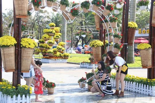 Khoác áo hoa ngày Tết, quảng trường Tam Kỳ đẹp lộng lẫy - ảnh 21
