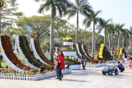 Khoác áo hoa ngày Tết, quảng trường Tam Kỳ đẹp lộng lẫy - ảnh 1
