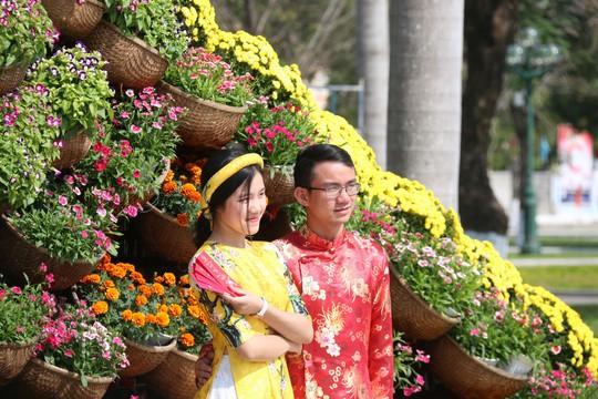Khoác áo hoa ngày Tết, quảng trường Tam Kỳ đẹp lộng lẫy - ảnh 13