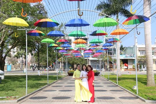 Khoác áo hoa ngày Tết, quảng trường Tam Kỳ đẹp lộng lẫy - ảnh 6
