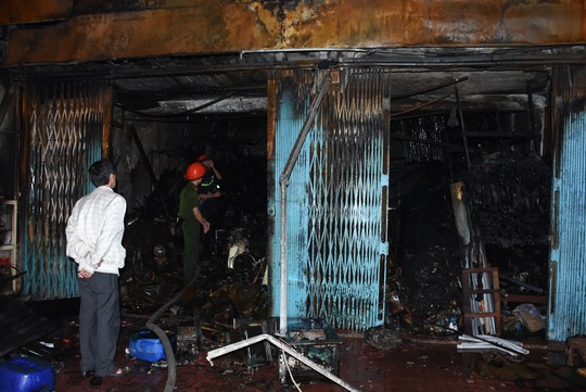 Cả nhà đi ăn tất niên, bà hỏa thiêu rụi cửa hàng đồ điện - Ảnh 1.