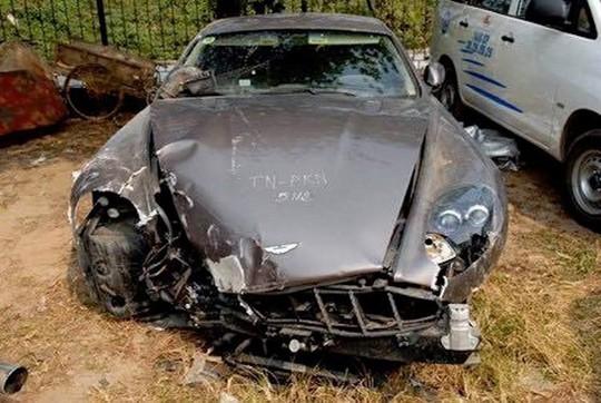 Siêu xe Aston Martin tiền tỷ vứt không ai nhặt tại Việt Nam - Ảnh 2.