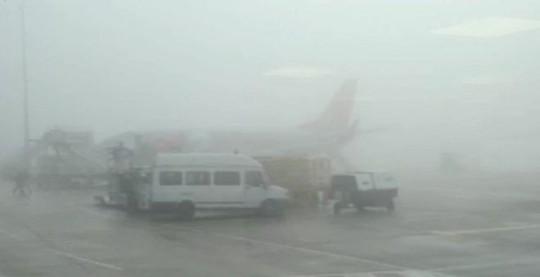 Sương mù dày đặc, nhiều chuyến bay Tết chưa thể cất cánh - Ảnh 1.