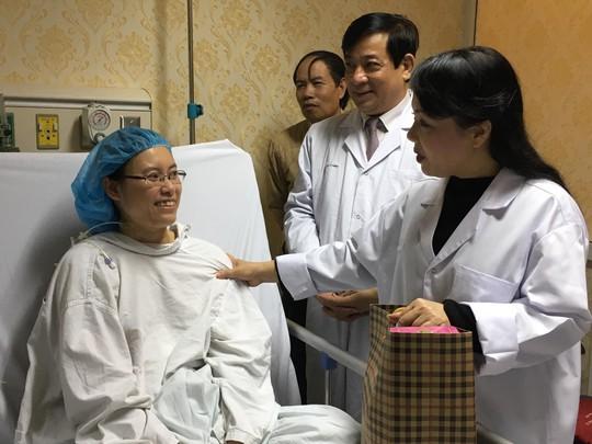 Bộ trưởng Nguyễn Thị Kim Tiến thăm nữ bác sĩ bị ung thư trong đêm giao thừa - ảnh 6