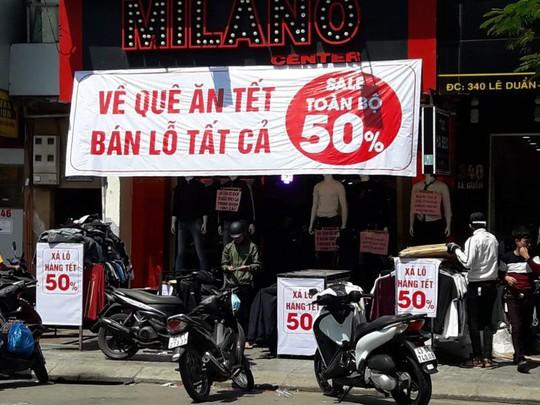 Đà Nẵng: Ế ẩm trưa 30 tết, xả hàng giảm 50% - Ảnh 3.