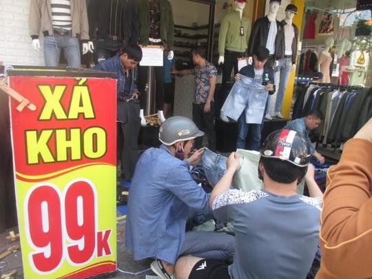 Đà Nẵng: Ế ẩm trưa 30 tết, xả hàng giảm 50% - ảnh 5
