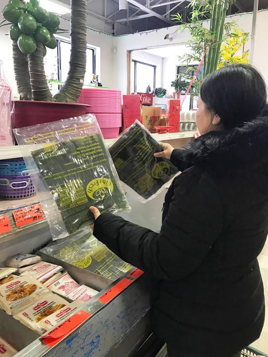Người Việt ở Canada đổ xô đi mua lá chuối, cau trầu - ảnh 4