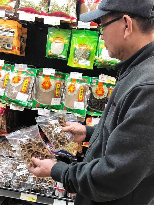 Người Việt ở Canada đổ xô đi mua lá chuối, cau trầu - ảnh 2