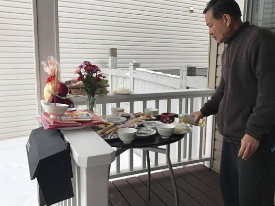 Người Việt ở Canada đổ xô đi mua lá chuối, cau trầu - ảnh 1
