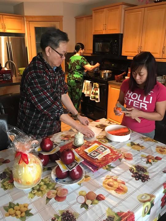 Người Việt ở Canada đổ xô đi mua lá chuối, cau trầu - ảnh 5