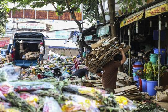 Hoa Tết dội chợ, chất như núi ở chợ hoa sỉ Đầm Sen, TP HCM - Ảnh 7.