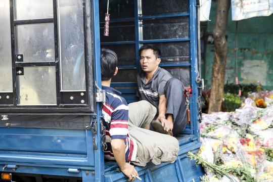 Hoa Tết dội chợ, chất như núi ở chợ hoa sỉ Đầm Sen, TP HCM - Ảnh 4.