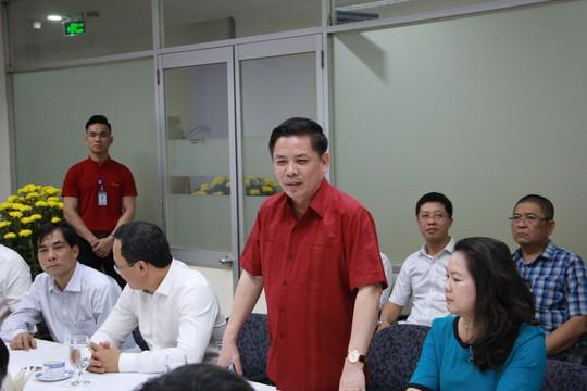 Bộ trưởng Bộ GTVT đến sân bay Tân Sơn Nhất tối 30 Tết - Ảnh 2.