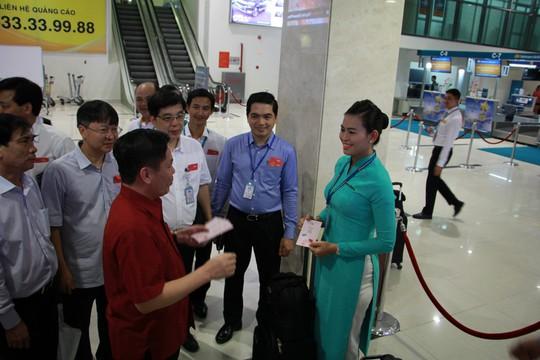 Bộ trưởng Bộ GTVT đến sân bay Tân Sơn Nhất tối 30 Tết - Ảnh 3.