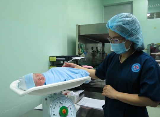 Ngắm bé trai chào đời đúng giao thừa nặng 3,8kg - Ảnh 2.