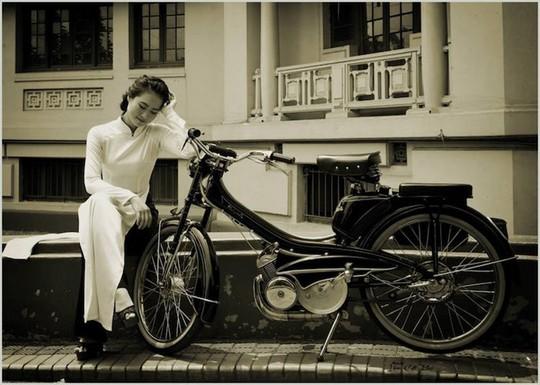 Người đẹp Hà thành thướt tha bên xe máy cổ Mobylette - Ảnh 1.