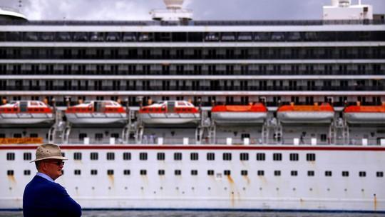 """Hành khách """"tắm máu"""", du thuyền cập bến khẩn cấp - Ảnh 1."""