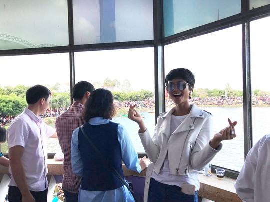 Hoa hậu H'Hen Niê hào hứng đón tết tại quê nhà - Ảnh 2.
