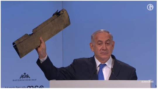 Thủ tướng Israel đưa mảnh vỡ máy bay tới hội nghị Đức vỗ mặt Iran - Ảnh 1.
