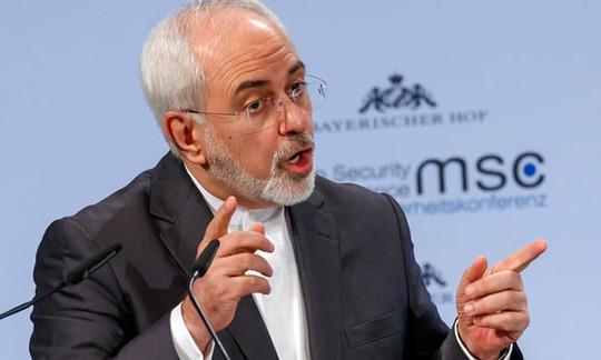Thủ tướng Israel đưa mảnh vỡ máy bay tới hội nghị Đức vỗ mặt Iran - Ảnh 2.