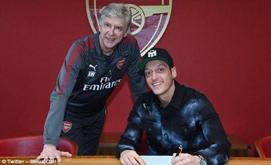 Arsenal giữ chân Ozil bằng lương khủng - Ảnh 1.