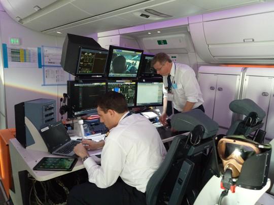 Xem siêu máy bay A350 XWB-1000 trình diễn ở Hà Nội - Ảnh 2.