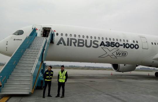 Xem siêu máy bay A350 XWB-1000 trình diễn ở Hà Nội - Ảnh 1.