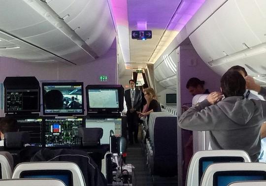 Xem siêu máy bay A350 XWB-1000 trình diễn ở Hà Nội - Ảnh 7.