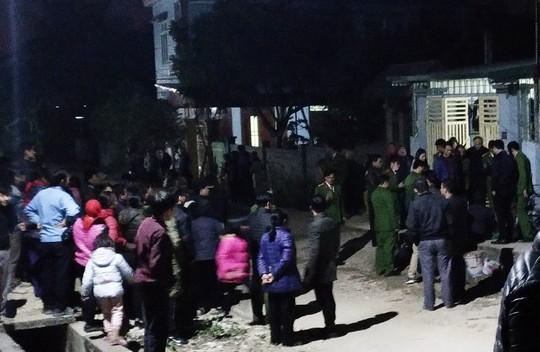 Rất đông người dân đã tới xem công an thực nghiệm hiện trường vụ án