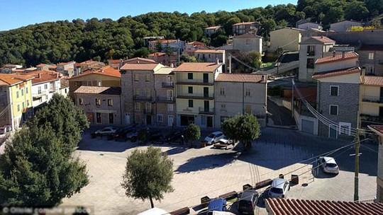 Thị trấn xinh đẹp ở Ý bán 200 căn nhà với giá một bảng - Ảnh 1.
