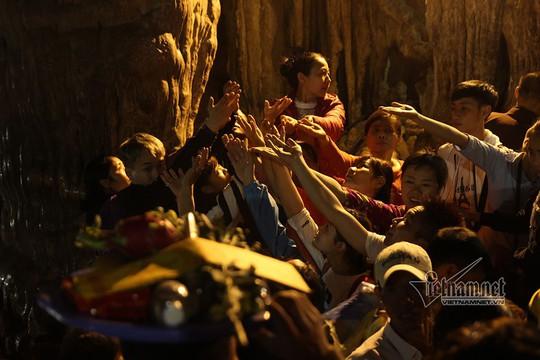 Hàng nghìn người xuyên đêm trẩy hội chùa Hương - Ảnh 9.