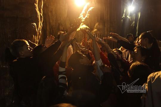 Hàng nghìn người xuyên đêm trẩy hội chùa Hương - Ảnh 10.