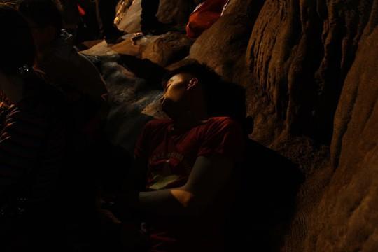 Hàng nghìn người xuyên đêm trẩy hội chùa Hương - Ảnh 12.