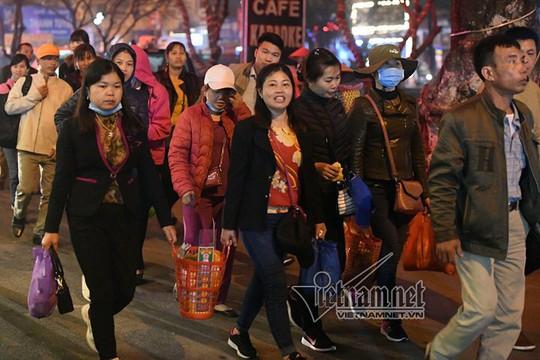 Hàng nghìn người xuyên đêm trẩy hội chùa Hương - Ảnh 15.
