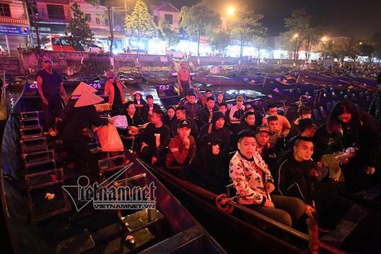Hàng nghìn người xuyên đêm trẩy hội chùa Hương - Ảnh 16.