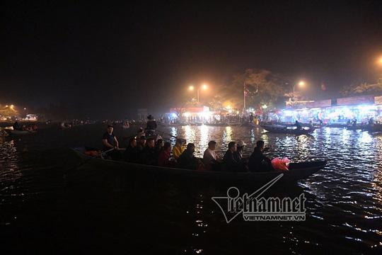 Hàng nghìn người xuyên đêm trẩy hội chùa Hương - Ảnh 18.