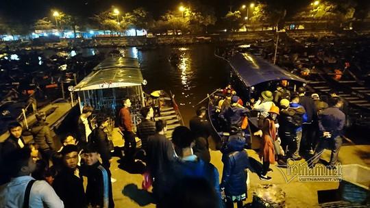 Hàng nghìn người xuyên đêm trẩy hội chùa Hương - Ảnh 1.